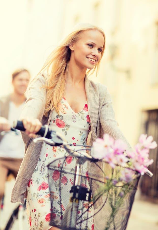 Pares con las bicicletas en la ciudad imagen de archivo libre de regalías