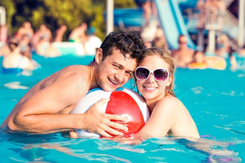 Pares con las gafas de sol en piscina Verano y agua foto de archivo libre de regalías