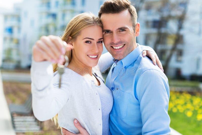 Pares con llaves al nuevo hogar imagen de archivo libre de regalías