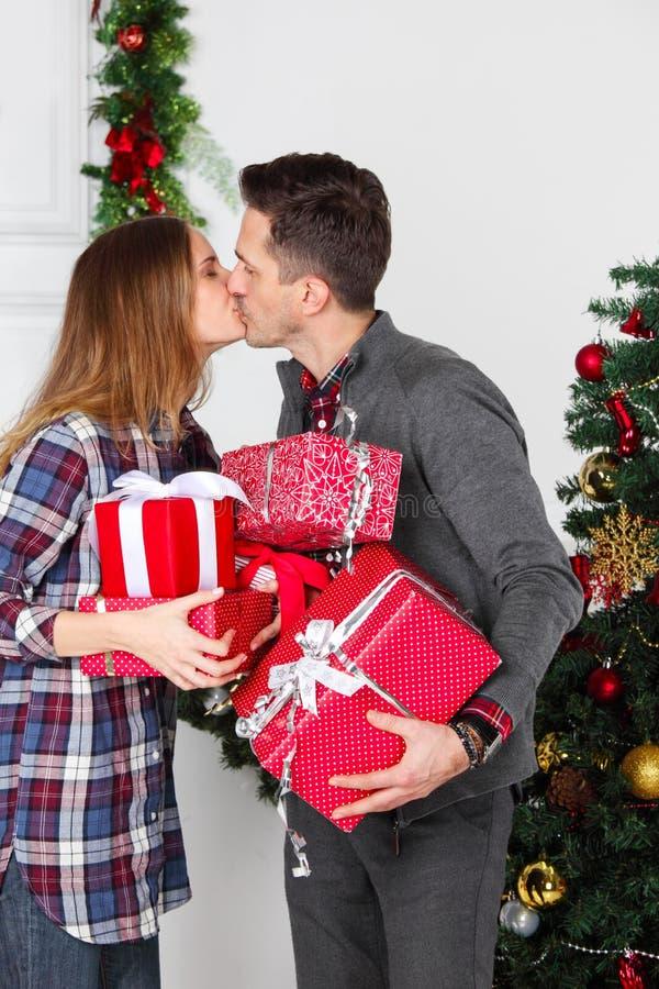 Pares con los regalos de la Navidad fotografía de archivo