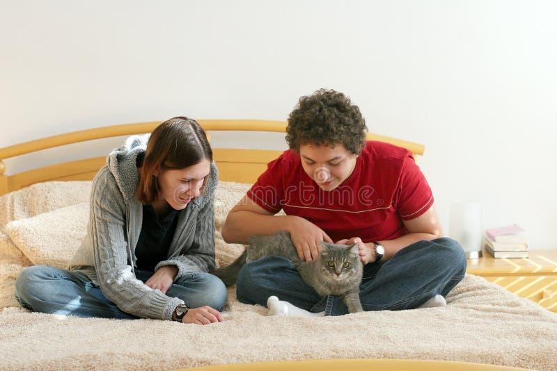 Pares con un gatito imagen de archivo libre de regalías