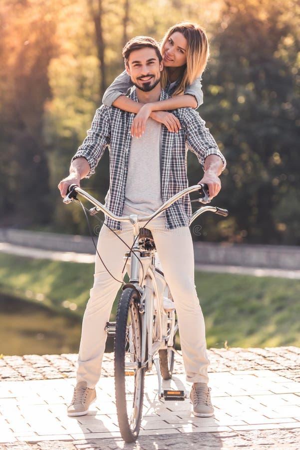 Pares con una bicicleta en tándem imágenes de archivo libres de regalías