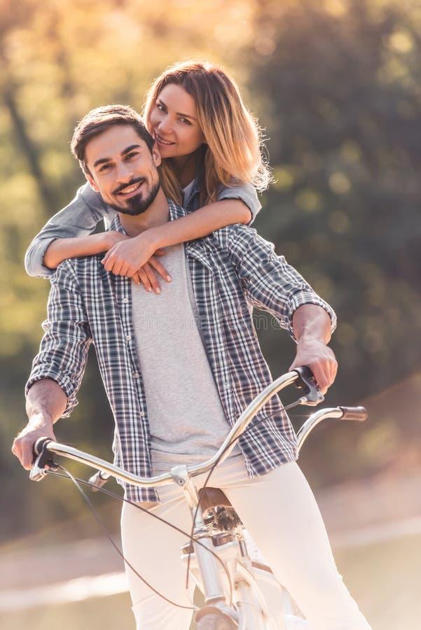 Pares con una bicicleta en tándem imagenes de archivo