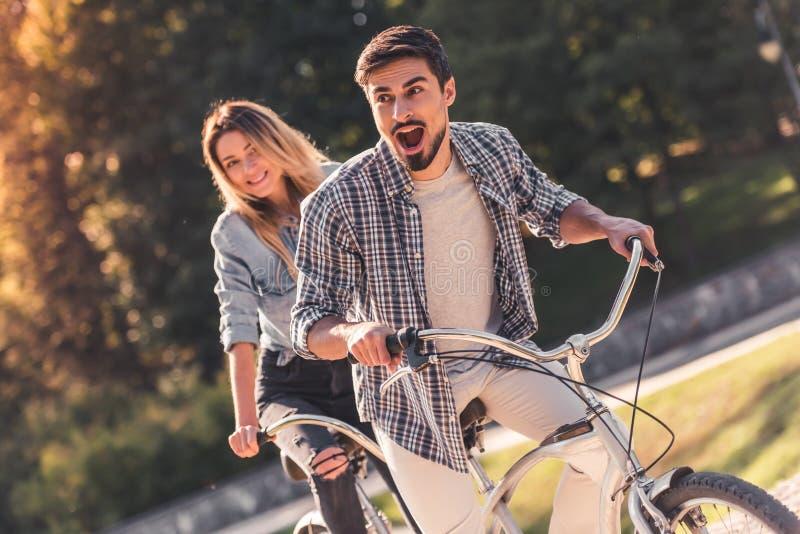 Pares con una bicicleta en tándem fotos de archivo