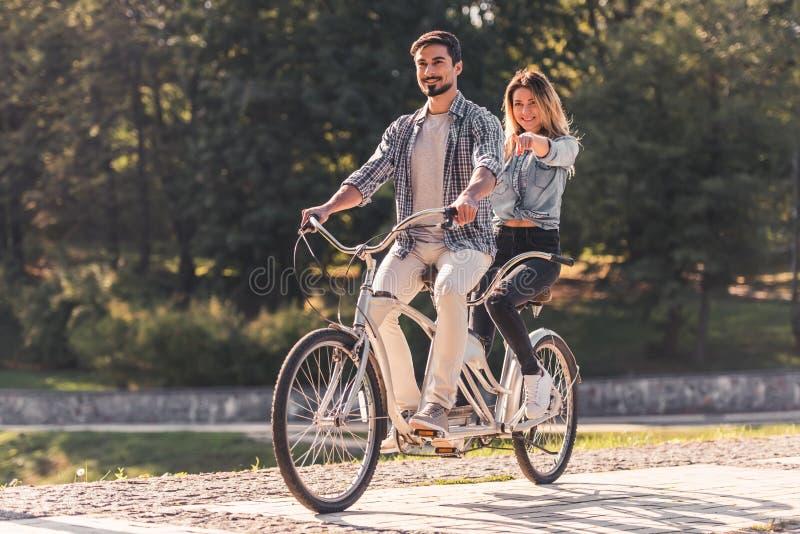 Pares con una bicicleta en tándem fotos de archivo libres de regalías