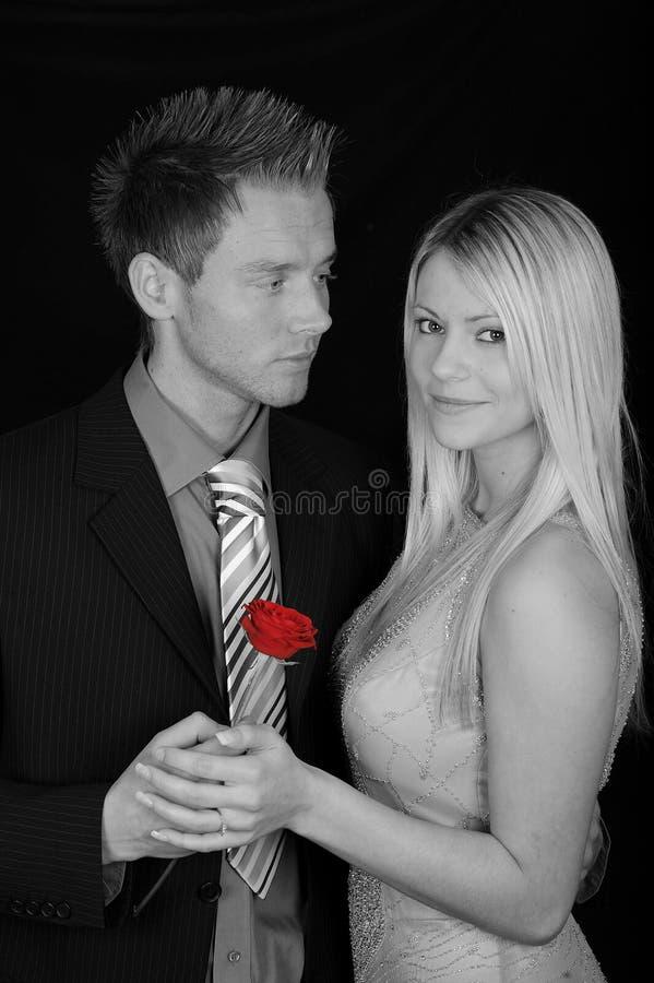 Pares con una Rose roja foto de archivo