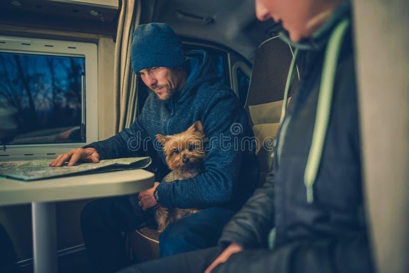 Pares con viaje del perro rv fotos de archivo