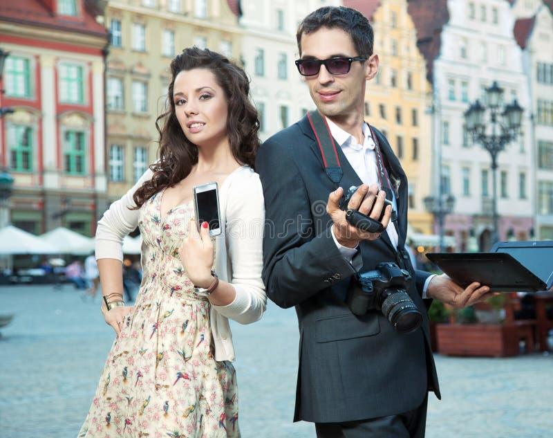 Pares consideráveis com móbil imagem de stock royalty free