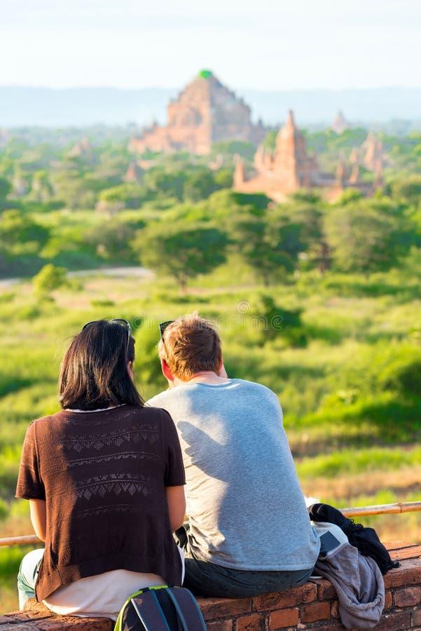 Pares contra la perspectiva del paisaje y pagodas en Bagan, Myanmar vertical imagen de archivo
