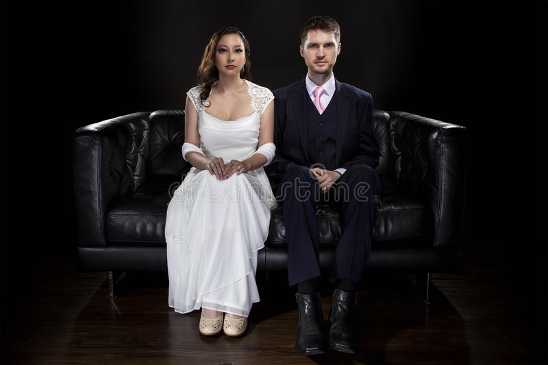 Pares contratados que modelam Art Deco Style Wedding Suit e o vestido fotos de stock royalty free