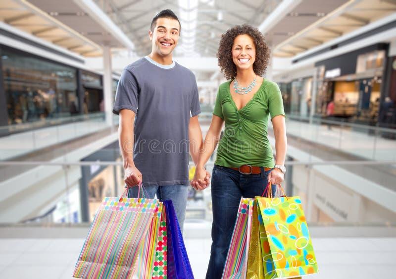 Pares da compra com sacos de papel fotos de stock royalty free