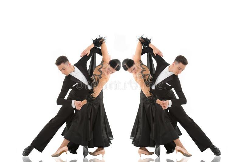 Pares da dança de salão de baile em uma pose da dança isolados no branco fotografia de stock royalty free