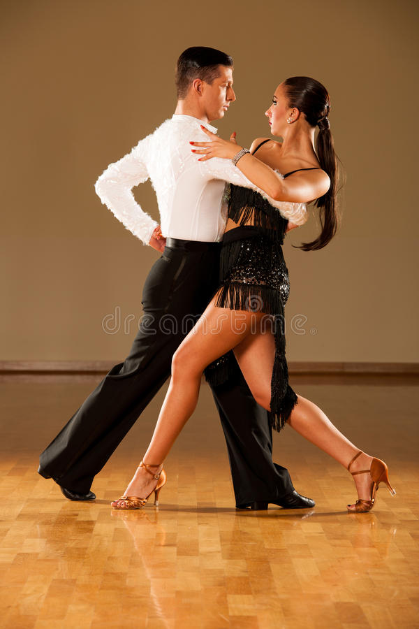 Pares da dança do Latino na ação - samba selvagem de dança fotos de stock royalty free