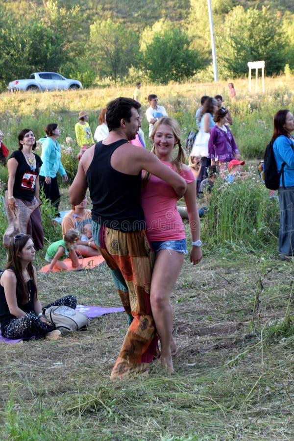 Pares da dança no festival em Rússia fotos de stock