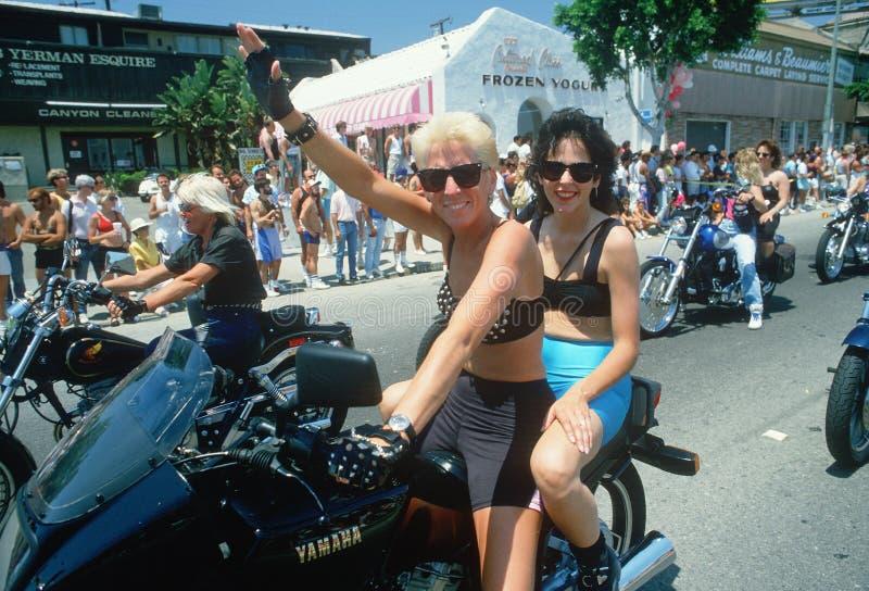 Pares da lésbica em uma motocicleta foto de stock royalty free