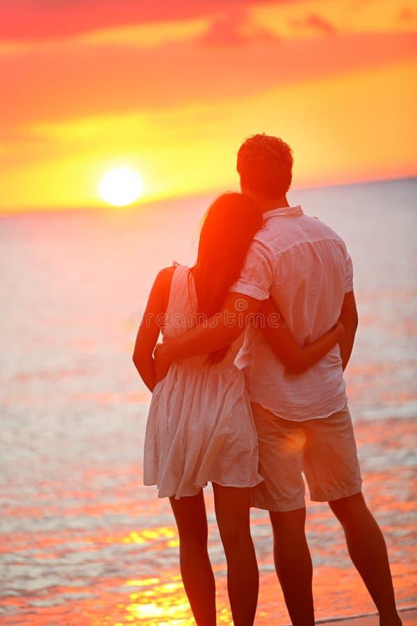 Pares da lua de mel que abraçam em relacionamento loving foto de stock