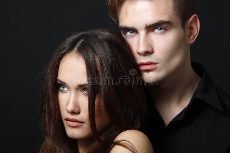 pares da paixão, homem novo bonito e close up da mulher, sobre fotos de stock