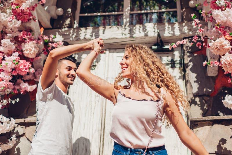 Pares da raça misturada na dança do amor na rua da cidade Jovens que têm o divertimento fora fotografia de stock royalty free