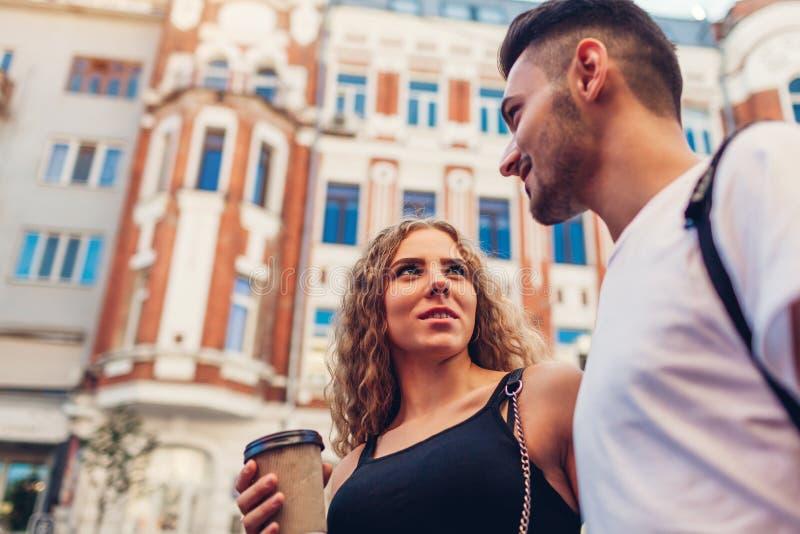 Pares da raça misturada no amor que anda na cidade Café bebendo do homem árabe e da mulher branca, fala e refrigeração imagens de stock