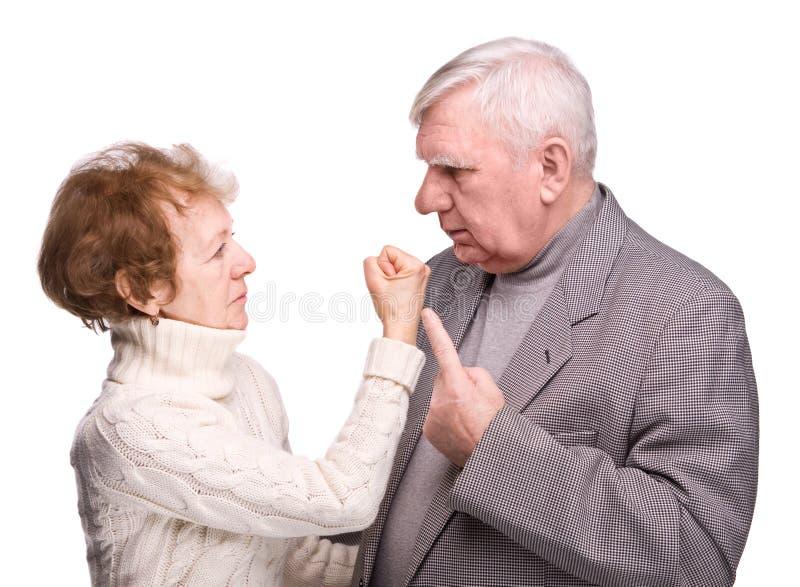 Pares das pessoas idosas do conflito foto de stock
