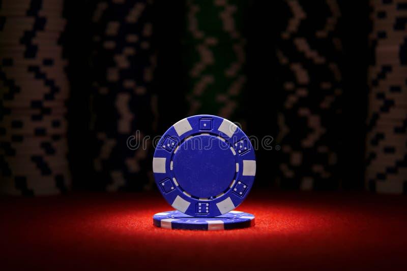 Pares de áss e de microplaquetas de pôquer no fundo preto imagens de stock royalty free