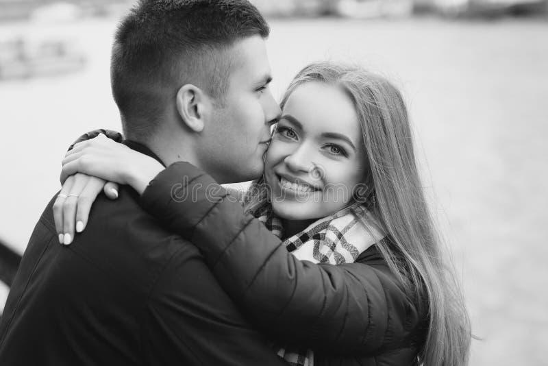 Pares de abrazo felices fotografía de archivo libre de regalías