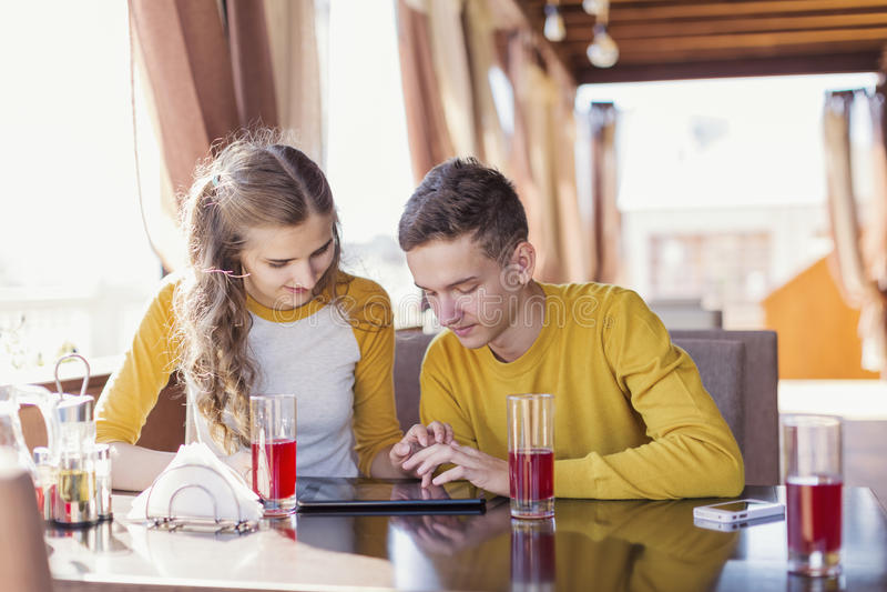 Pares de adolescentes em um café do verão fotografia de stock