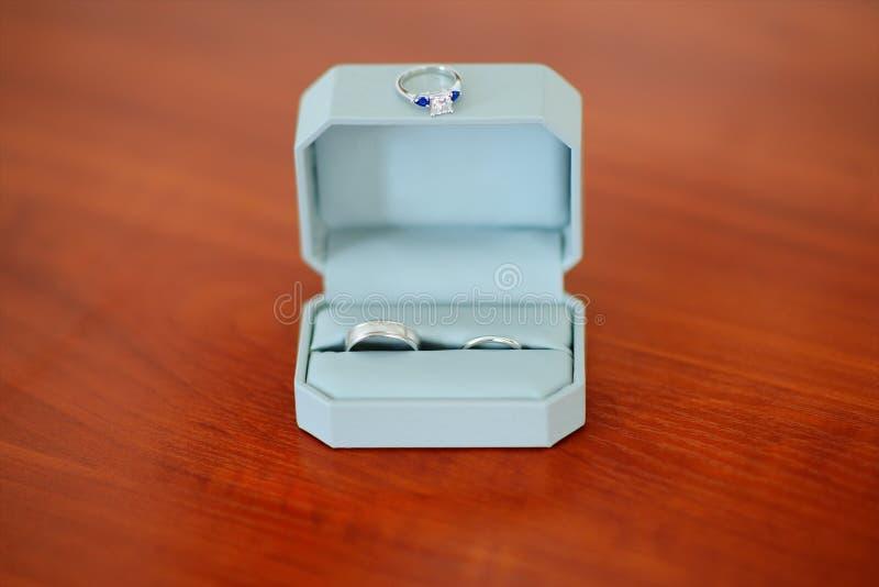 Pares de alianças de casamento da platina na caixa e no anel com diamante fotografia de stock royalty free
