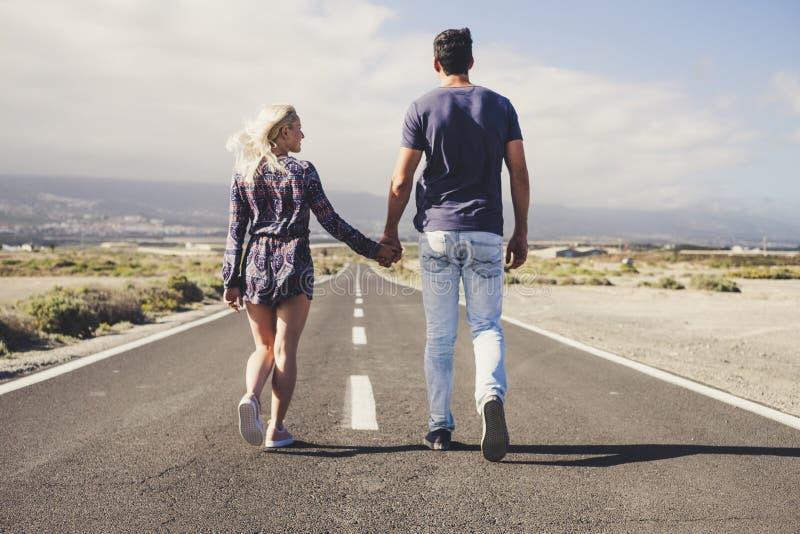 Pares de amante na caminhada da amizade e do relacionamento junto para sempre em uma estrada infinita longa curso e vida no conce imagens de stock