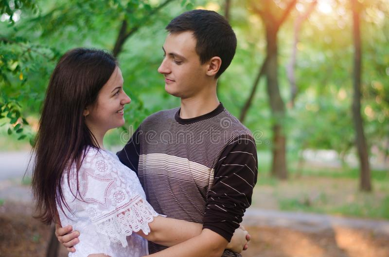Pares de amantes na natureza Menino e menina amor, relacionamentos, sentimentos amantes Foco seletivo imagem de stock