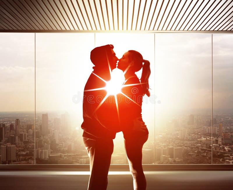 Pares de amantes novos no por do sol fotografia de stock royalty free