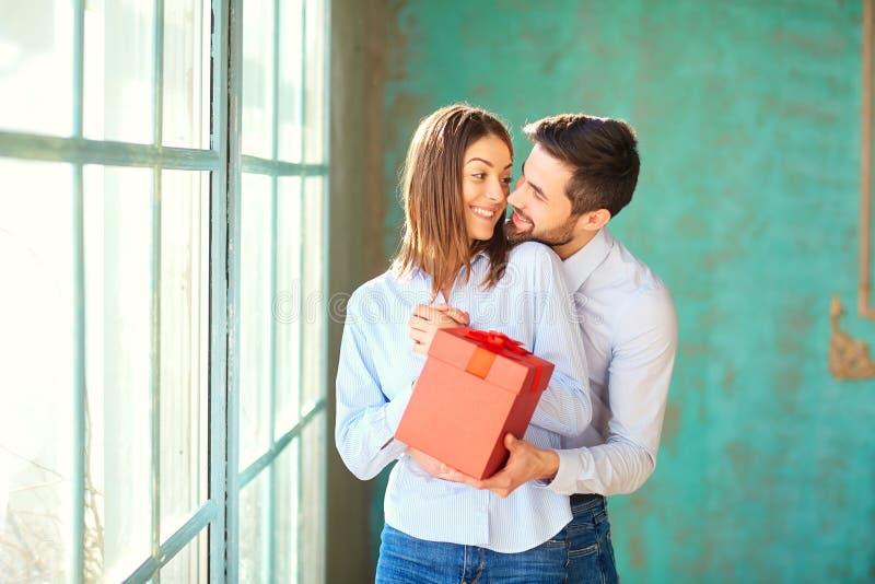 Pares de amor com caixa de presente vermelha imagem de stock royalty free
