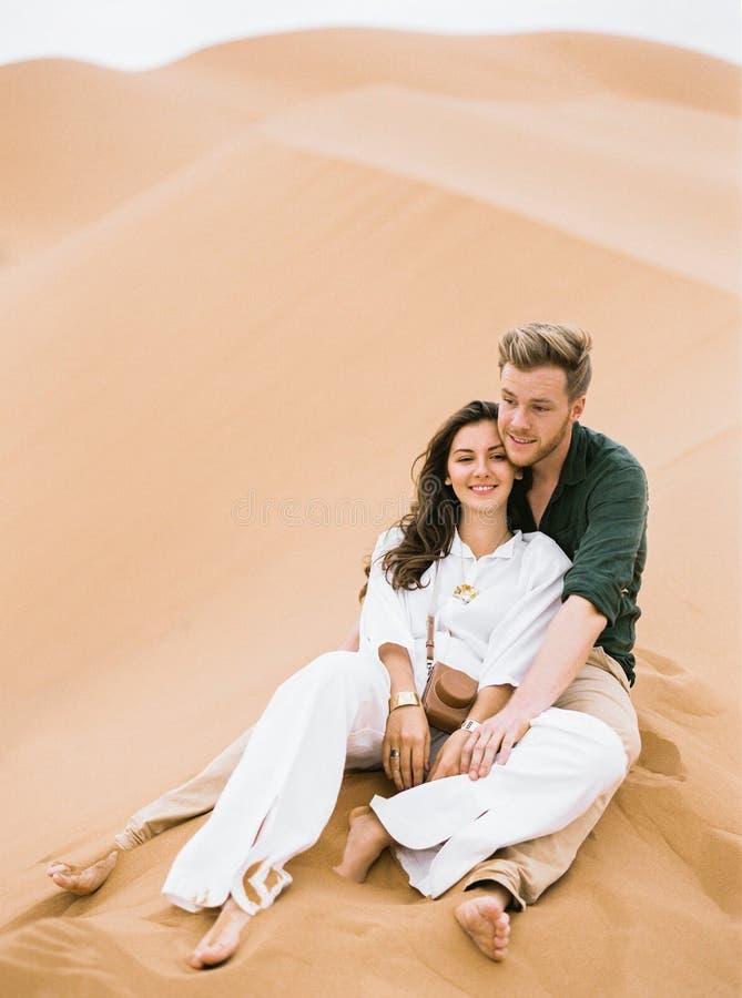 Pares de amor em Sahara Desert imagem de stock