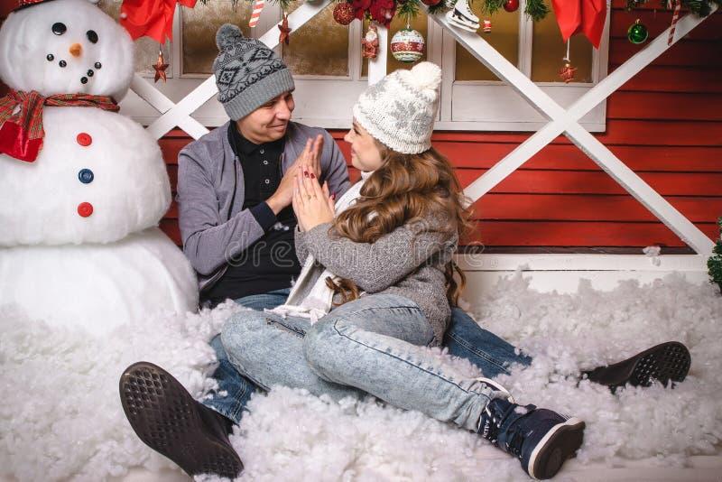 Pares de amor felizes no tempo quente da despesa do vestido junto foto de stock royalty free