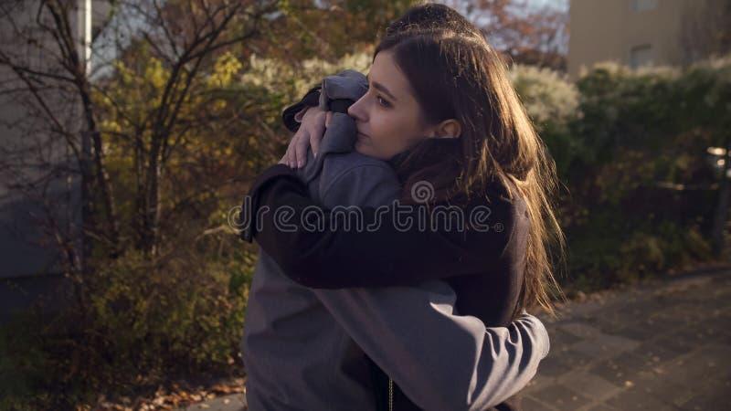 Pares de amor que abraçam fora, encontrando-se após a divisão dos muitos tempos, amor de sentimento foto de stock royalty free