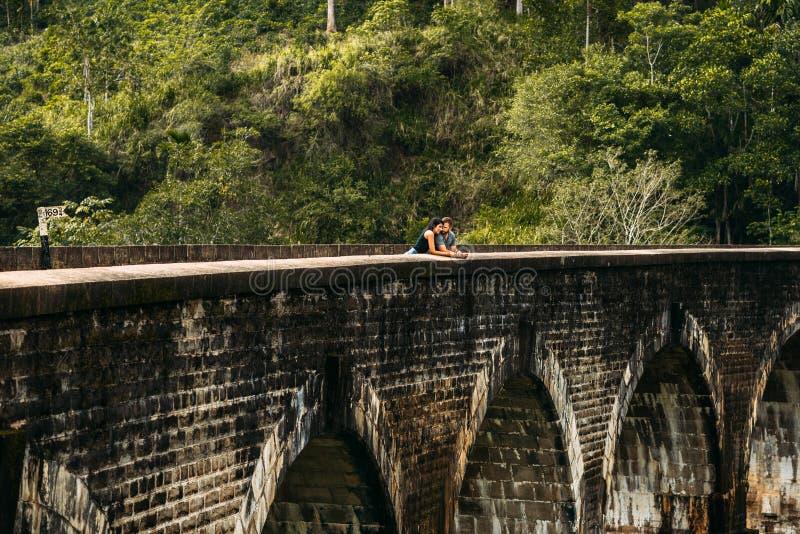 Pares de amor que abrazan en el puente Individuo y muchacha que viajan alrededor de Asia El par viaja a Sri Lanka Hombre y mujer  imagen de archivo libre de regalías