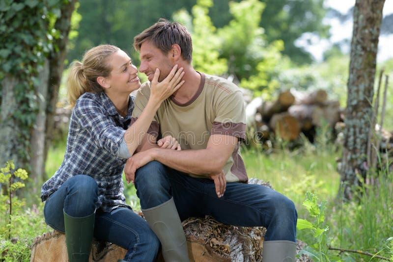 Pares de amor que beijam no parque no outono imagens de stock