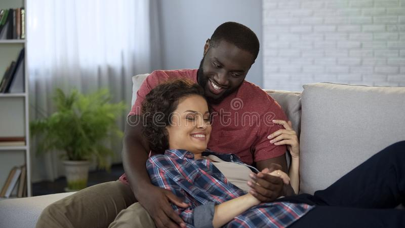 Pares de amor que disfrutan de la dulzura, manos del control con el amor, armonía en matrimonio imagenes de archivo