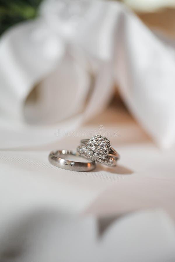 Pares de anéis de casamento de prata fotos de stock