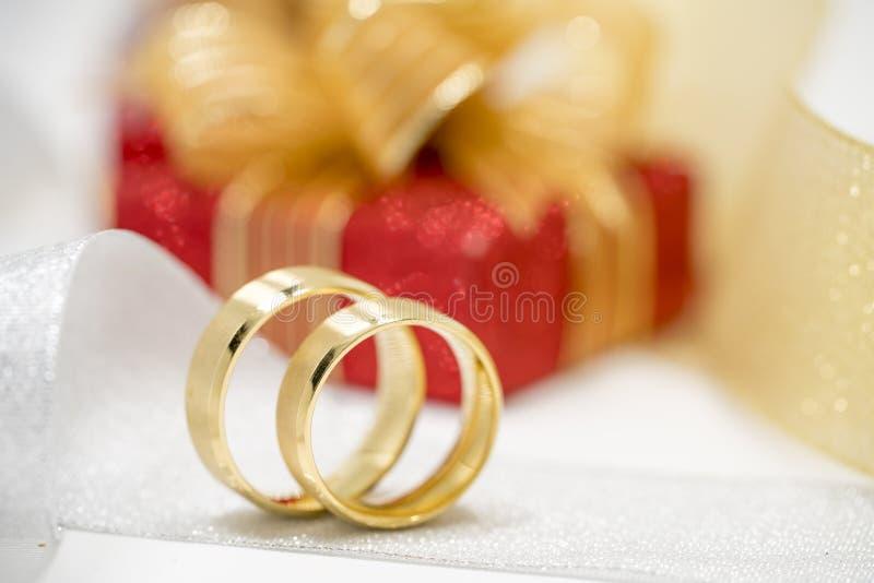 Pares de anillos de bodas de oro fotografía de archivo libre de regalías