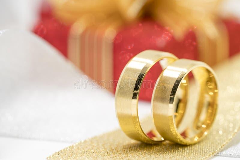 Pares de anillos de bodas de oro fotos de archivo