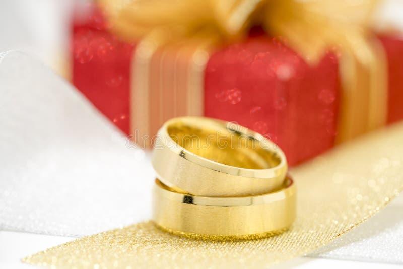 Pares de anillos de bodas de oro foto de archivo