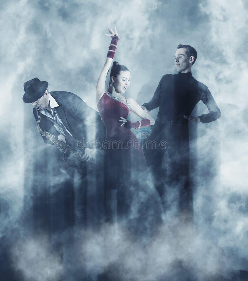 Pares de bailarines que bailan el salón de baile Fume el fondo fotografía de archivo libre de regalías