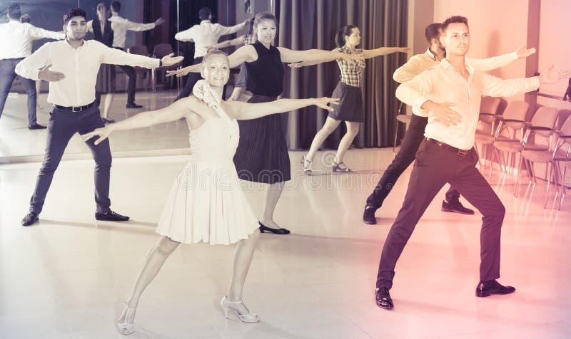 Pares de baile que disfrutan de danzas del latín fotografía de archivo