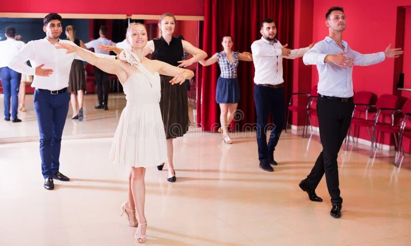 Pares de baile que disfrutan de danzas del latín foto de archivo libre de regalías