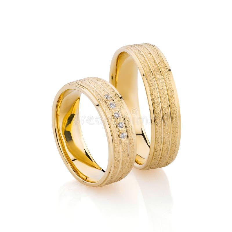Pares de bandas superficiales texturizadas del anillo de bodas del oro aisladas en el fondo blanco fotografía de archivo