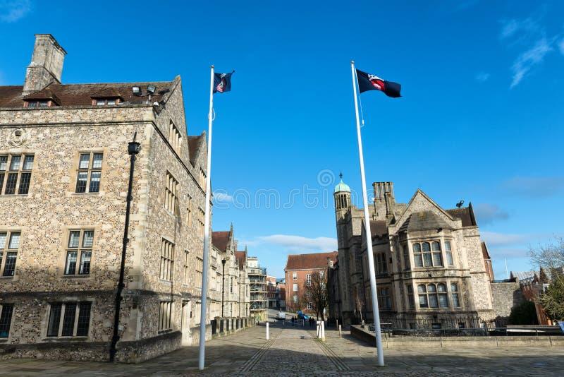 Pares de bandeiras na frente das construções britânicas fotografia de stock royalty free