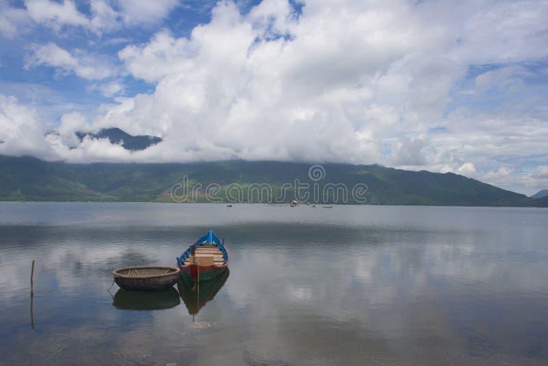 Pares de barcos en la bahía de Lang Co (paso de Hai Van) fotos de archivo