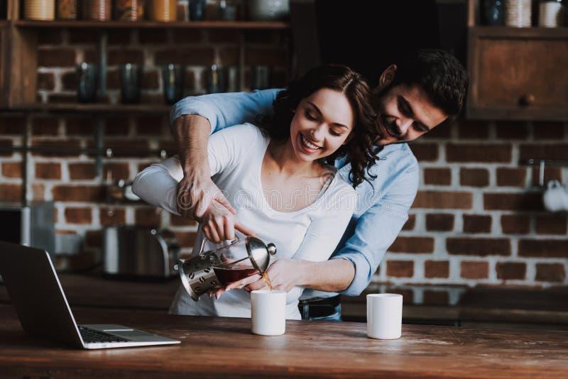 Pares de Beautyful no chá bebendo do amor em casa imagens de stock
