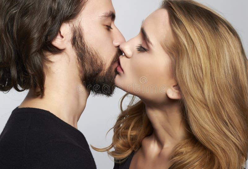 Pares de beijo bonitos fotos de stock